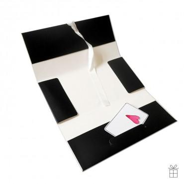 Gutscheinumschlag aufgeklappt, schwarz mit Satinschleife in weiß. Die Karte ist Deko und wird nicht mitgeliefert.