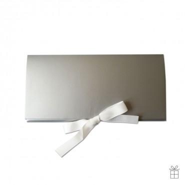 Geldumschlag / Gutscheinumschlag silber mit Schleife in weiß.