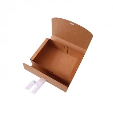 Geschenkbox mit Schleife. Kraftkoraton braun mit weißen Dreiecken. 16,5 x 5 x 11,5 cm